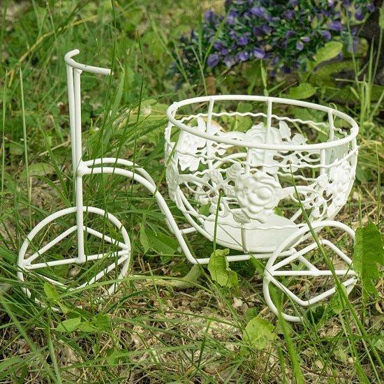 Bicicleta alba, suport inedit pentru flori