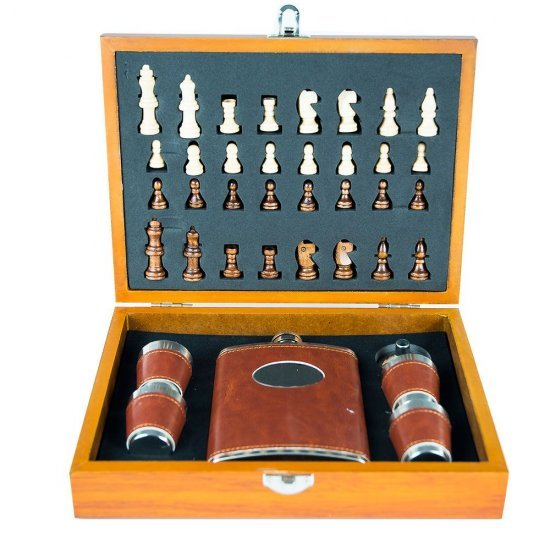 Set joc de sah cu plosca si pahare pentru shot-uri