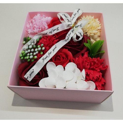 Aranjament floral din flori de sapun, in cutiuta cu capac transparent din acetofan