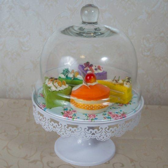 Suport alb pentru prajituri cu imprimeu trandafiri si capac de sticla