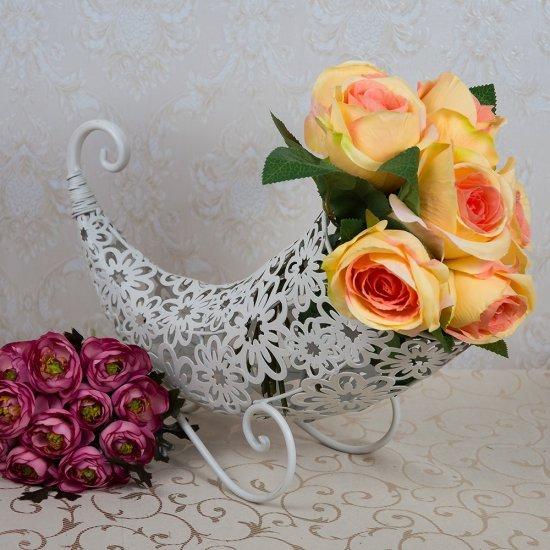Suport inedit pentru aranjamente florale sub forma de corn