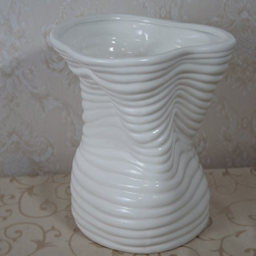 Vaza alba cu model modern